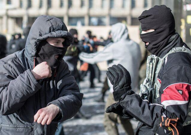 Activistas del grupo radical ucraniano Pravy Sektor (archivo)