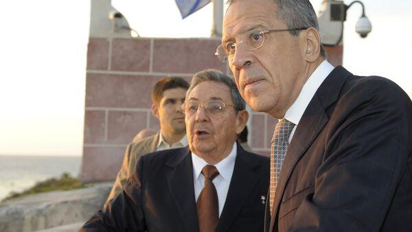 Serguéi Lavrov con Raúl Castro durante su visita a Cuba en febrero de 2010 - Sputnik Mundo