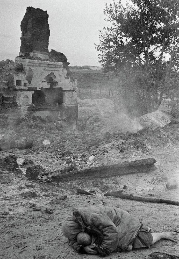 Una madre cubre a su retoño durante los bombardeos nazis