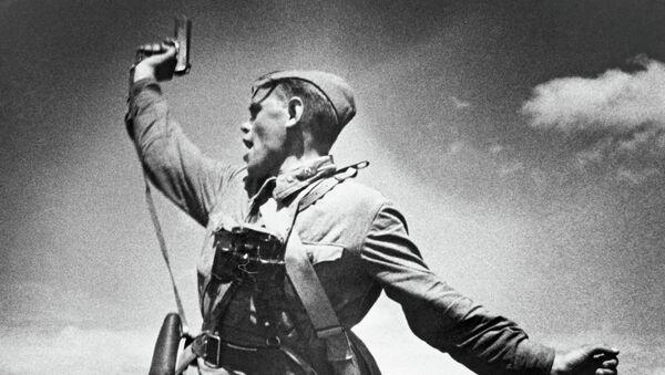 Un comandante del Ejército Rojo llama a la carga a sus soldados durante la Gran Guerra Patria - Sputnik Mundo