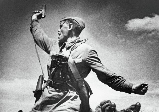Un comandante llama a la carga a sus soldados durante la Gran Guerra Patria
