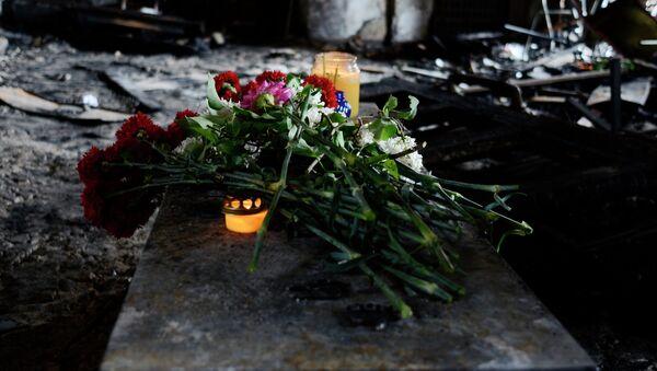 Flores en memoria de los quemados en la Casa de los Sindicatos de Odesa - Sputnik Mundo