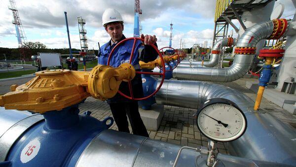 Un empeado de Gazprom maneja una válvula en un almacén subterráneo de gas (Archivo) - Sputnik Mundo