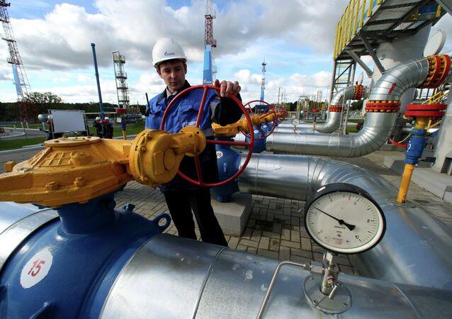 Un empeado de Gazprom maneja una válvula de gas (archivo)