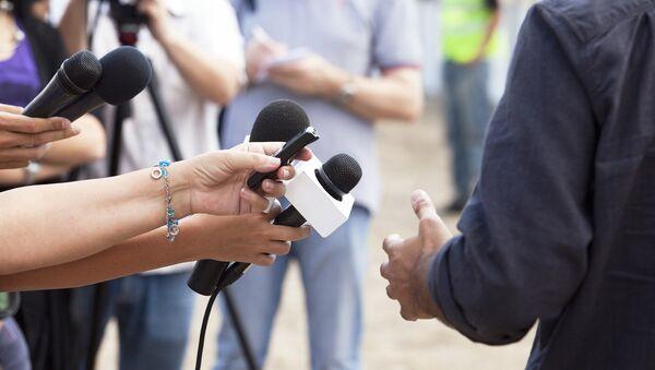 Corresponsales durante una entrevista - Sputnik Mundo