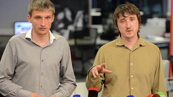 Oleg Sidiákin y Marat Sávchenko, periodistas de la cadena LifeNews - Sputnik Mundo