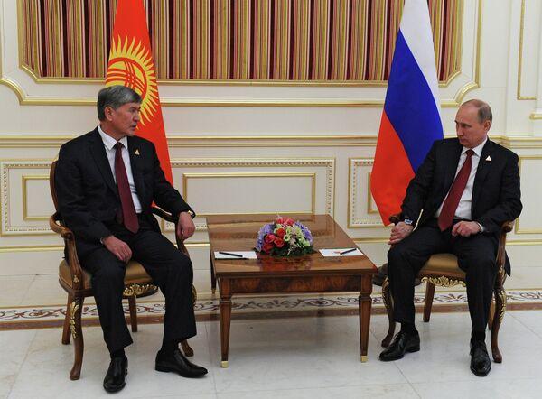 Vladímir Putin, durante una reunión con su homólogo kirguís, Almazbek Atambáev. - Sputnik Mundo