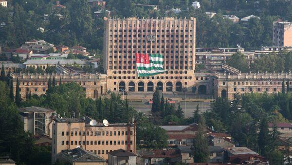 Bandera de Abjasia enfrente de la sede del Parlamento abjasio destruida durante la guerra con Georgia en 1993 - Sputnik Mundo