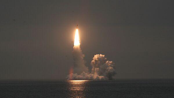 Lanzamiento desde un submarino del misil balístico Bulavá (Archivo) - Sputnik Mundo