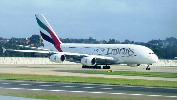Самолет авиакомпании Emirates Airlines - Sputnik Mundo