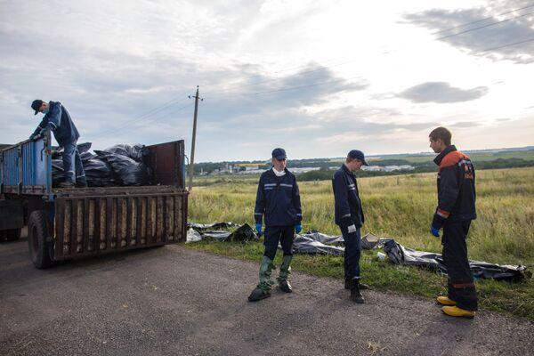 Encuentran cuerpos de otras 27 víctimas del siniestro del Boeing malasio - Sputnik Mundo