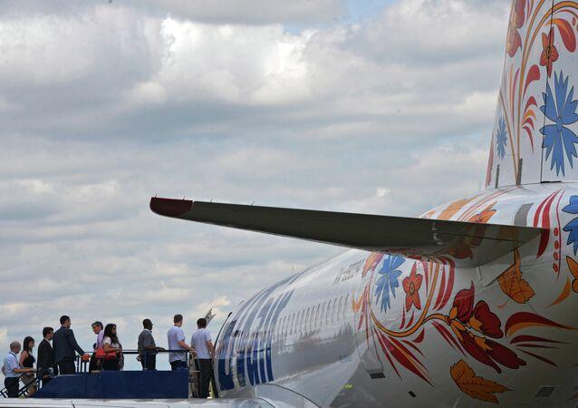 Un avión ruso Sukhoi Superjet 100 en el Salón Aeronáutico de Farnborough 2014