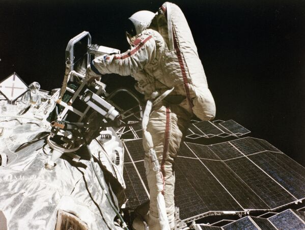 Svetlana Savítskaya, la primera mujer en caminar por el cosmos - Sputnik Mundo