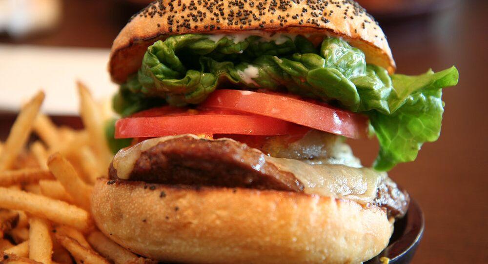 Una hamburguesa con patatas