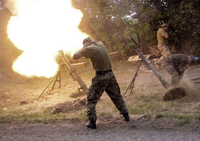 Militares ucranianos usan los morteros (archivo)