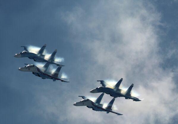 """Cazas Su-27 del grupo de pilotaje """"Sókoli Rossii"""" de la Fuerza Aérea de la Federación Rusa durante los vuelos de exhibición en el Salón Internacional Aero Espacial MAKS 2011. - Sputnik Mundo"""