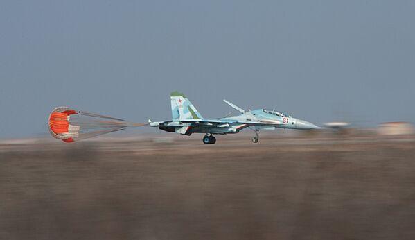 Bombardero Su-27IB (Su-34) en el polígono de pruebas del centro en la guarnición aérea de Ajtúbinsk. - Sputnik Mundo
