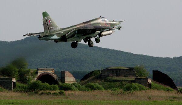 Avión de asalto Su-25 SM durante vuelos de instrucción y entrenamiento en la base aérea Chernígovka, en la región de Primorie. - Sputnik Mundo