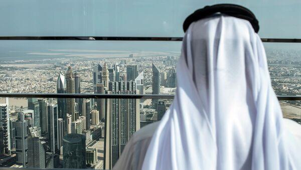 Visitante en el mirador del rascacielos más alto del mundo Burj Khalifa en Dubái, EAU - Sputnik Mundo