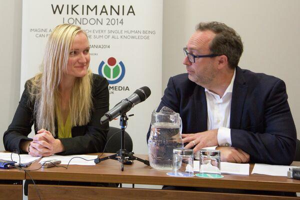 Lila Tretikov y Jimmy Wales en la rueda de prensa Wikimania 2014 en Londres - Sputnik Mundo
