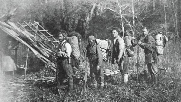 El científico ruso V.K. Arseniev, Investigador del Lejano Oriente (a la izquierda) y el conocido cazador y traductor Derzu Uzala (a su lado) en un campamento de la taiga de Ussuríisk - Sputnik Mundo