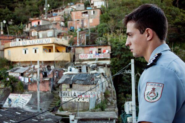 El capitán Marcio Rocha, comandante de la UPP de la favela de Santa Marta (Río de Janeiro) observa la barriada. - Sputnik Mundo