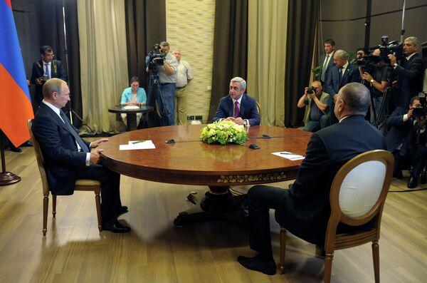 Presidente de Armenia, Serzh Sargsyan, presidente de Rusia, Vladímir Putin y presidente de Azerbaiyán, Iljam Alíev - Sputnik Mundo