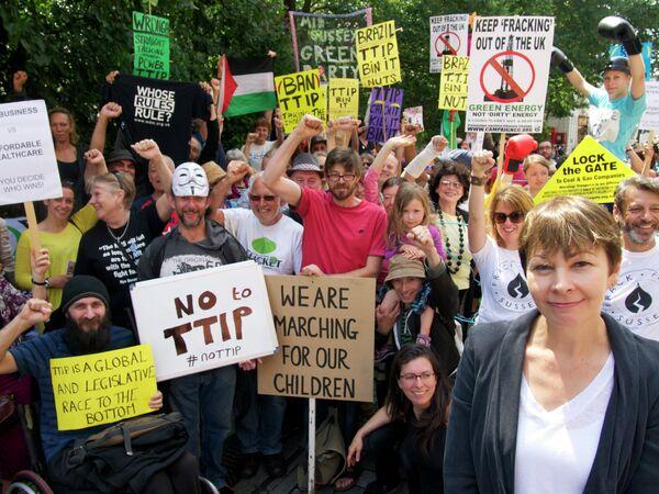 Caroline Lucas, diputada del Partido Verde de Inglaterra y Gales (en primer plano a la derecha) - Sputnik Mundo