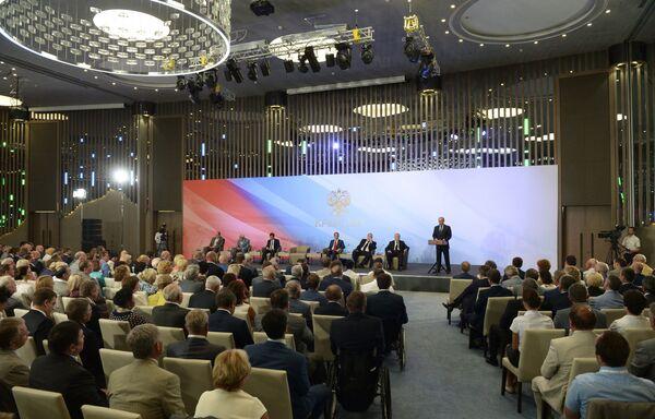 Vladímir Putin, presidente de Rusia, en su encuentro con grupos parlamentarios en Crimea - Sputnik Mundo