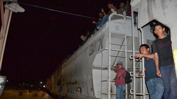 Migrantes esperan la partida del tren de carga en Ixtepec, estado mexicano de Oaxaca - Sputnik Mundo