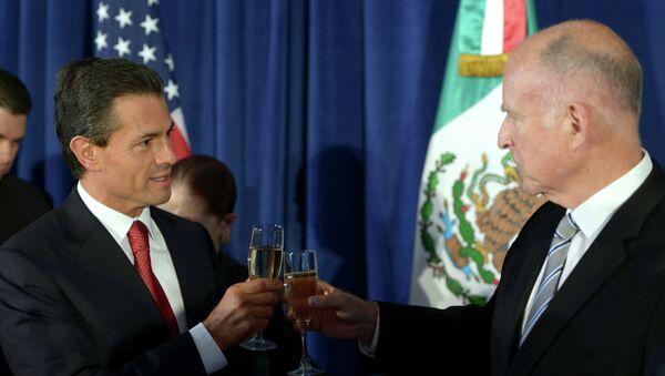 Presidente de México, Enrique Peña y gobernador de California, Edmund G. Brown - Sputnik Mundo
