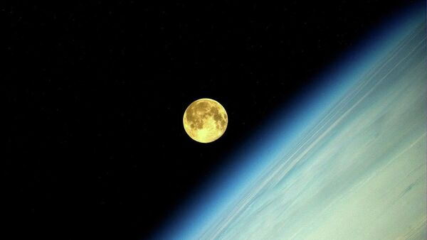 La Luna (la foto hecha desde la Estación Espacial Internacional por el cosmonauta ruso, Oleg Artemiev) - Sputnik Mundo