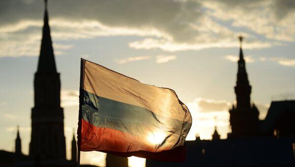 Bandera de Rusia enfrente de la Plaza Roja - Sputnik Mundo