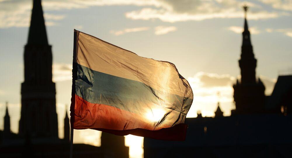 Bandera de Rusia enfrente de la Plaza Roja