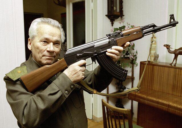 Mikhail Kalashnikov con un AK-47