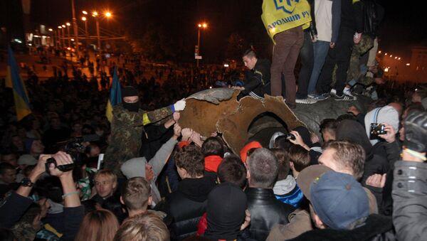 Grupo de radicales derriba el monumento a Lenin en Járkov - Sputnik Mundo