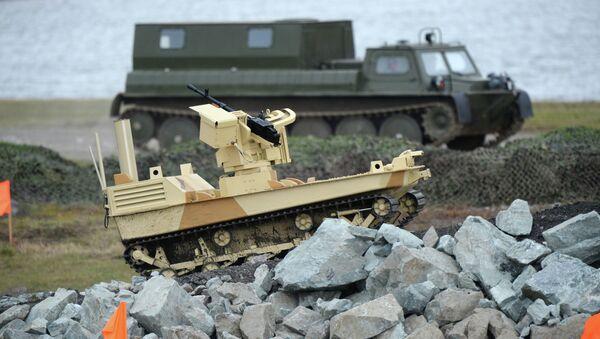Robot de combate armado con la ametralladora de Kord a la feria Russia Arms Expo - 2013 (Archivo) - Sputnik Mundo