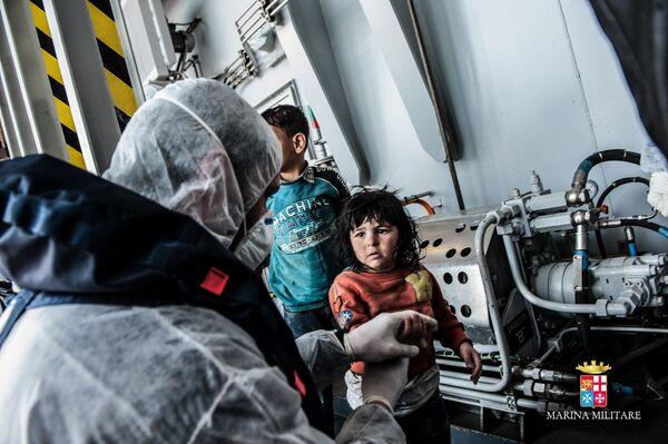 Una de las operaciones de rescate en el marco del programa Mare Nostrum de la Marina de Italia - Sputnik Mundo