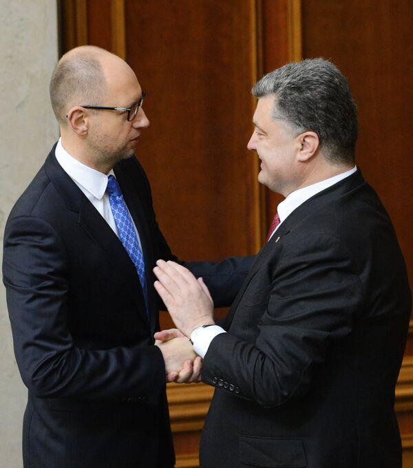 Líder de Frente Popular, Arseni Yatseniuk y presidente de Ucrania, Petró Poroshenko - Sputnik Mundo