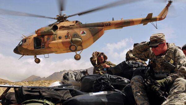 Helicóptero con la ayuda humanitaria llega a una de las aldeas afganas - Sputnik Mundo
