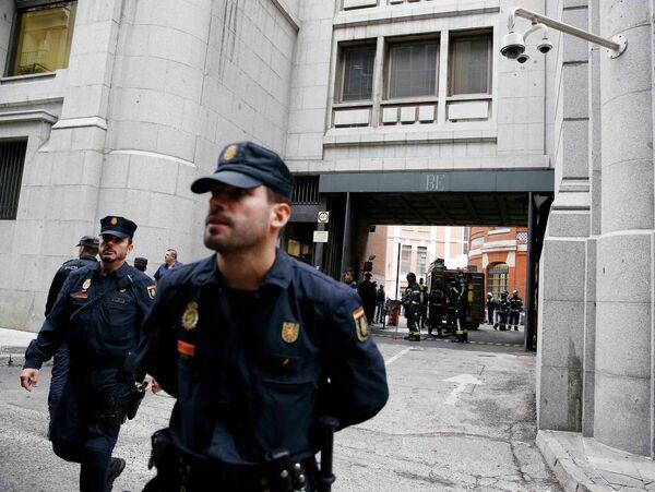 Dos heridos graves en un incendio en el Banco de España - Sputnik Mundo