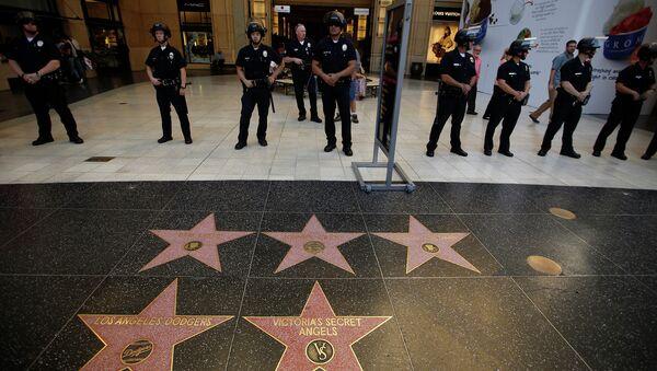 Полиция следит за порядком во время марша миллионов масок в Лос-Анджелесе, США - Sputnik Mundo