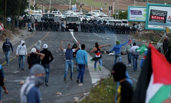 Decenas de árabes israelíes se enfrentan a la policía en Israel - Sputnik Mundo