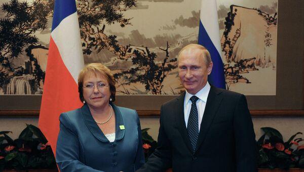 La presidenta de Chile, Michelle Bachelet, y su homólogo ruso Vladímir Putin en 2014 - Sputnik Mundo