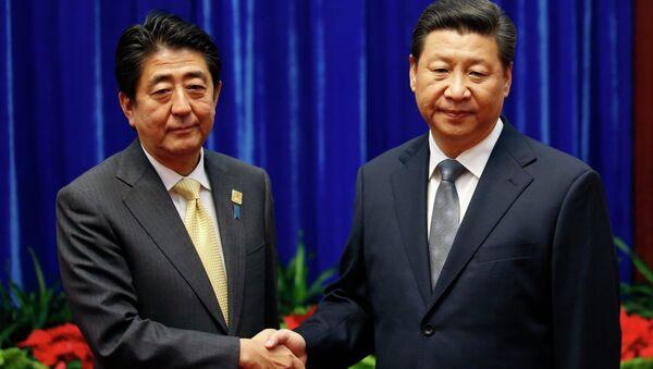 Shinzo Abe, primer ministro de Japón y Xi Jinping, presidente de China - Sputnik Mundo