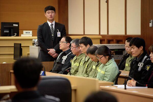 Lee Joon-seok (hombre en verde, con gafas), capitán del naufragado ferry Sewol, en la corte - Sputnik Mundo