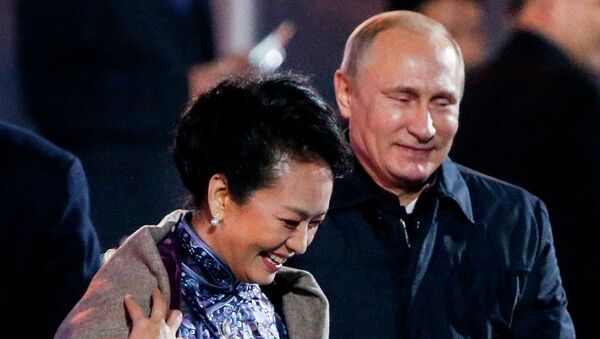 Primera dama de China, Peng Liyuan y presidente de Rusia, Vladímir Putin - Sputnik Mundo