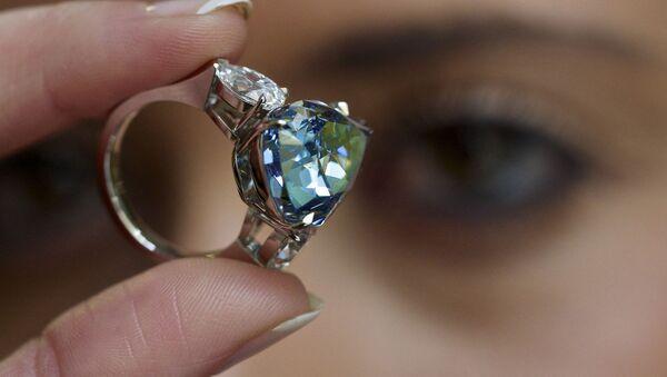 Un diamante azul vendido por $32 millones bate el récord de precio por quilate - Sputnik Mundo