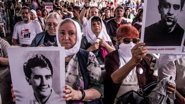 Gente con las fotos de los desaparecidos durante la dictadura militar en Brasil - Sputnik Mundo