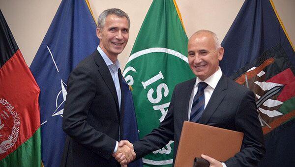 Secretario general de la OTAN, Jens Stoltenberg y nuevo Alto Representante Civil de OTAN en Afganistán, Ismail Aramaz - Sputnik Mundo